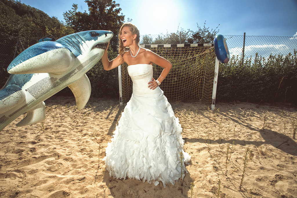 Trash the Dress - Braut mit Hai
