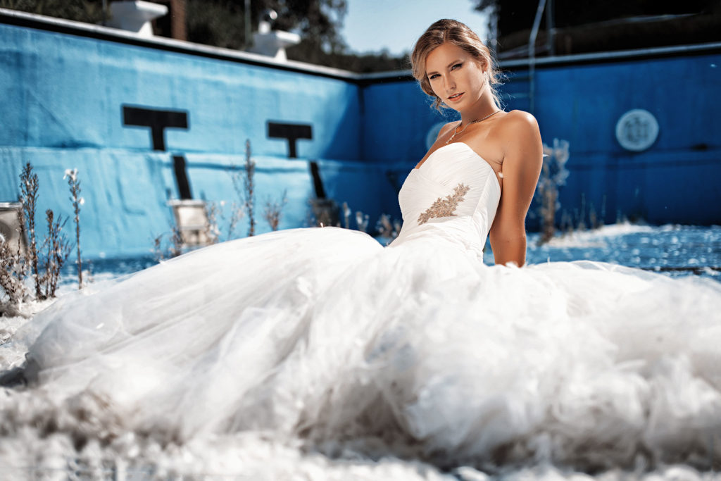 Braut im Schwimmbad - Trash the Dress